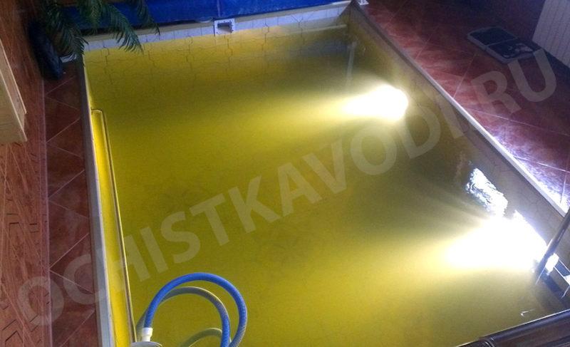 Вода в бассейне быстро желтеет